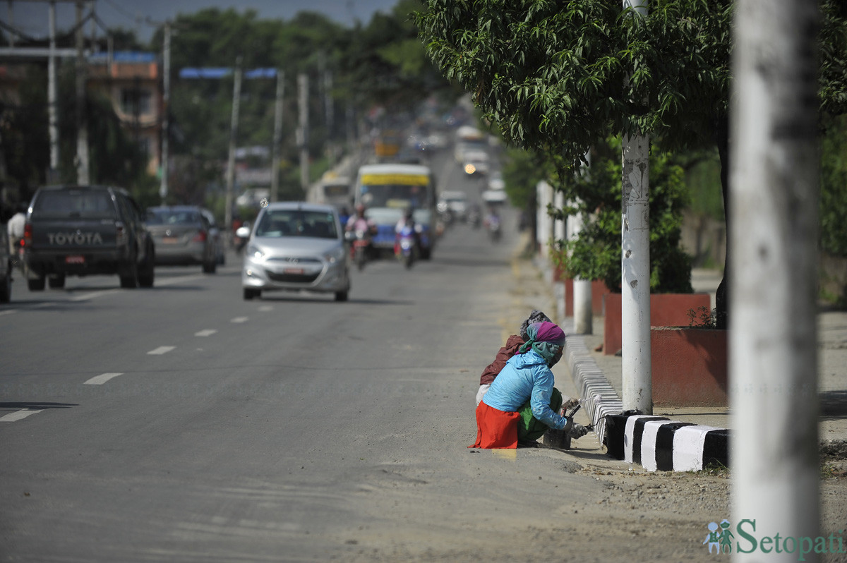 Workers painting the edge of footpath in Koteshwor. Photo: Narayan Maharjan