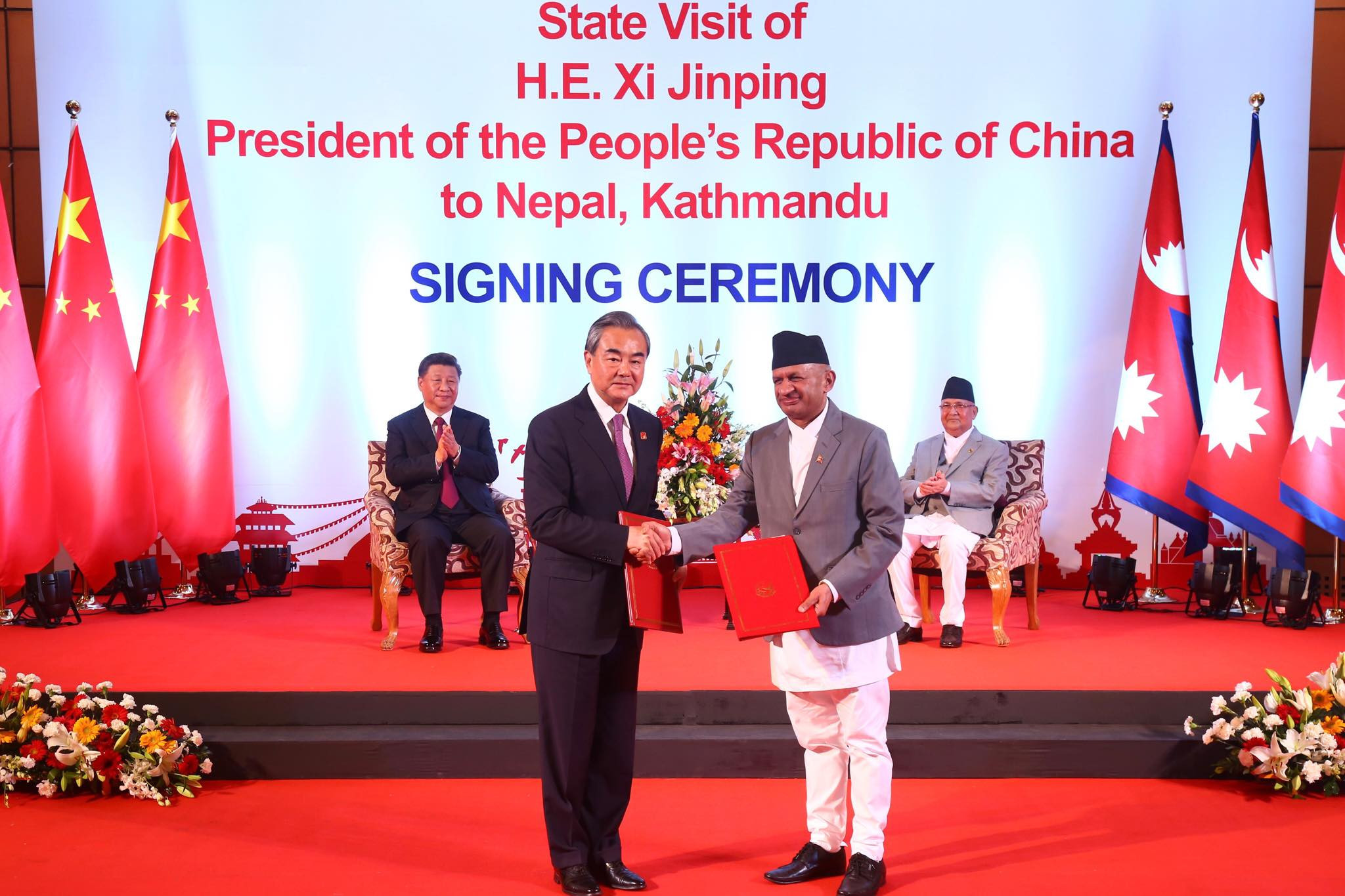 Foreign Minister Pradeep Gyawali (R) and his Chinese counterpart Wang Yi exchange an MoU in presence of PM KP Sharma Oli and Chinese President Xi Jinping. Photo: RSS