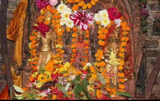 The stolen idols are the ones on the left and right. Other stolen idols are buried under the flowers. Photo Courtesy: Prem Lal Shrestha